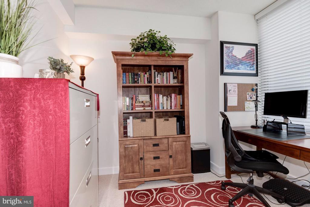 Spacious sun-filled den/office - 555 MASSACHUSETTS AVE NW #217, WASHINGTON