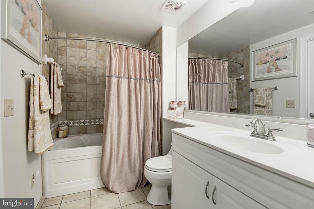Large master bathroom with soaking tub - 555 MASSACHUSETTS AVE NW #217, WASHINGTON