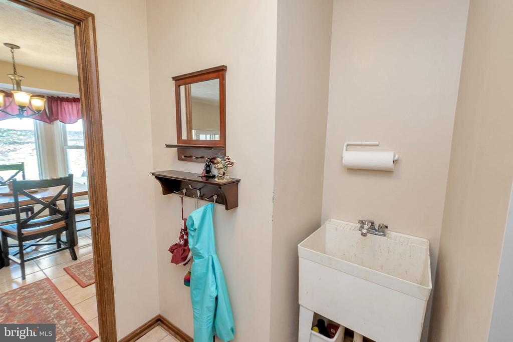 Mud room w/access from garage and kitchen - 2999 LUSITANIA DR, STAFFORD