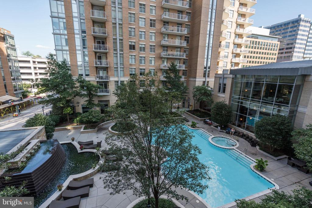 Heated outdoor pool with spa - 11990 MARKET ST #1103, RESTON