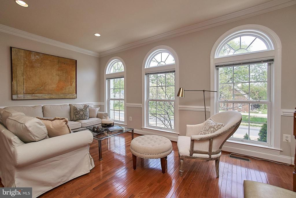 Light-filled, comfortable living room space! - 1220 S GLEBE RD, ARLINGTON