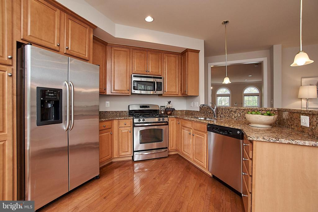 Updated kitchen with stainless steel appliances! - 1220 S GLEBE RD, ARLINGTON