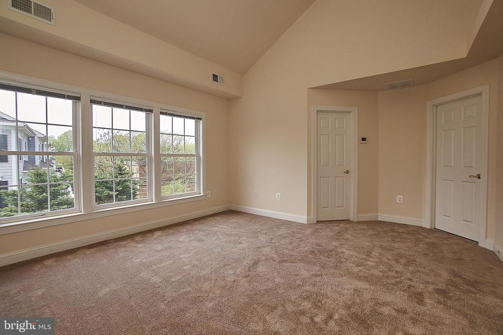 Well apportioned, newly carpeted master bedroom. - 1220 S GLEBE RD, ARLINGTON