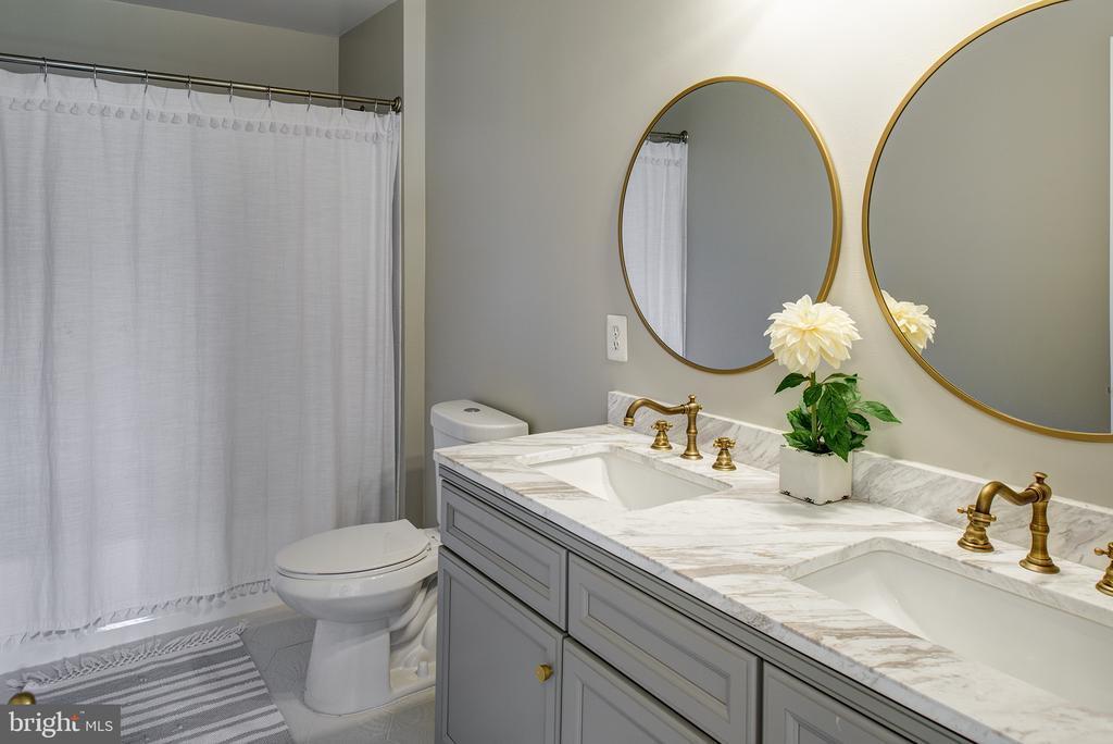 Hall bath with designer fixtures - 11384 FALLING CREEK DR, BEALETON