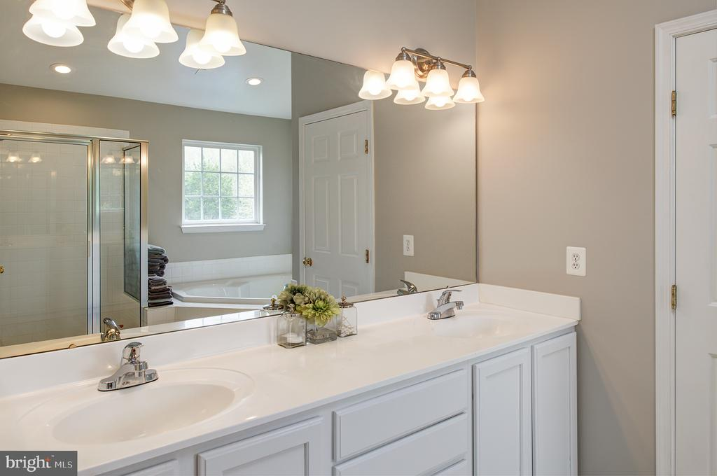 Master bathroom with double vanity - 11384 FALLING CREEK DR, BEALETON