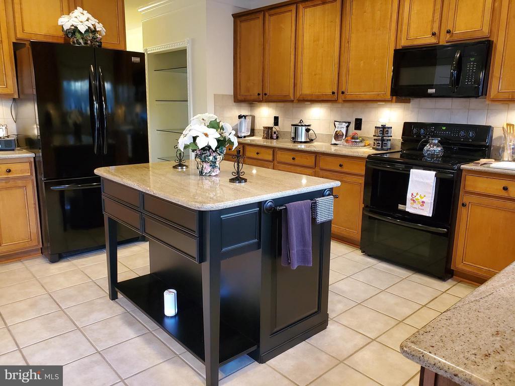 Custom Kitchen island w/granite top & towel racks. - 4152 AGENCY LOOP, TRIANGLE