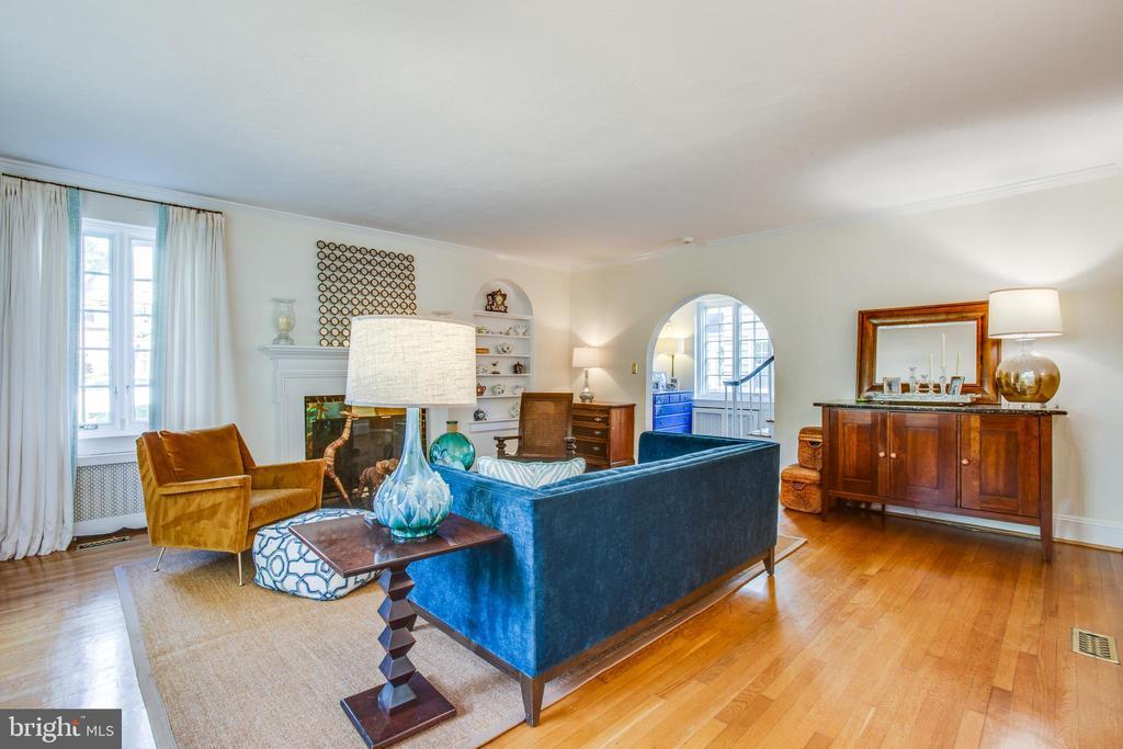 Large living room - 814 CORNELL ST, FREDERICKSBURG