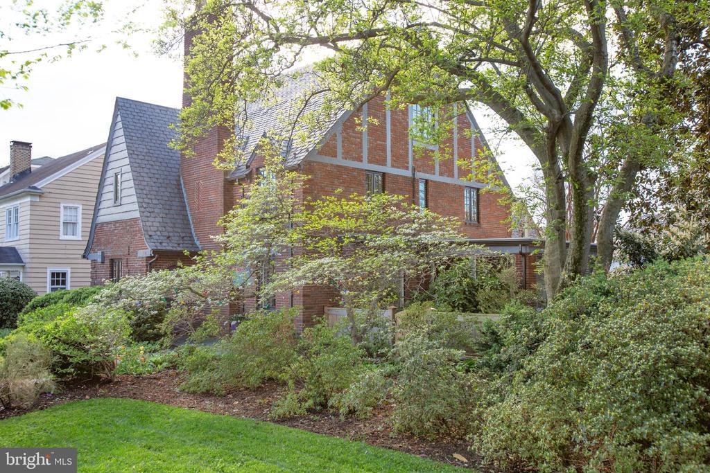 Mature landscaping. - 814 CORNELL ST, FREDERICKSBURG