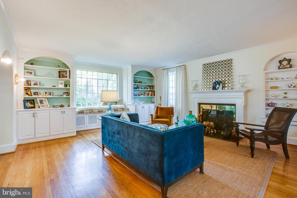 Living room with fireplace & built ins! - 814 CORNELL ST, FREDERICKSBURG