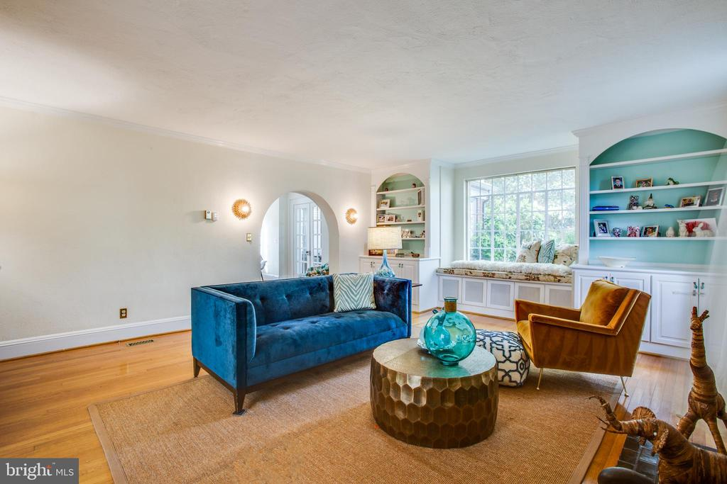 Double Built in bookcases flanking large window - 814 CORNELL ST, FREDERICKSBURG