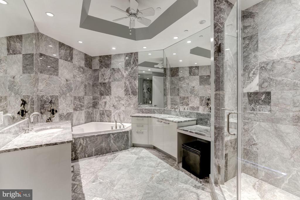 Marble Master Bath w/Dual Sinks & Make-Up Vanity - 1881 N NASH ST #1910, ARLINGTON