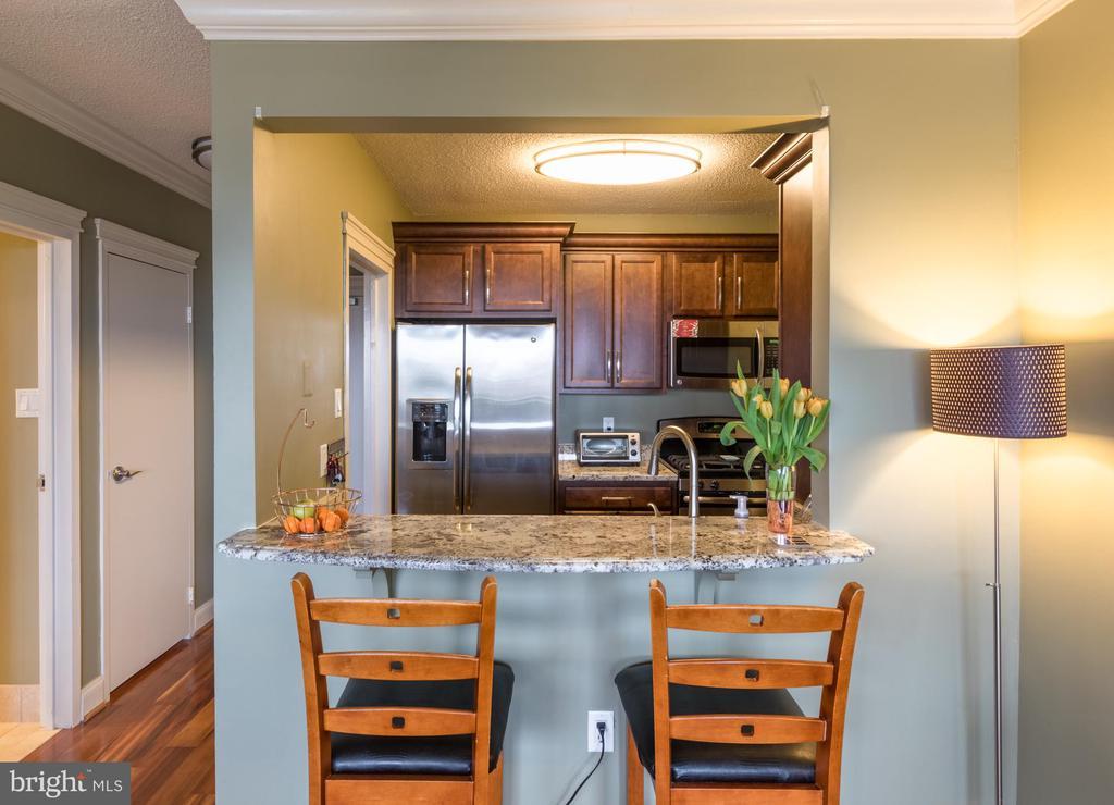 Kitchen w/ bar seating - 4141 HENDERSON RD #815, ARLINGTON