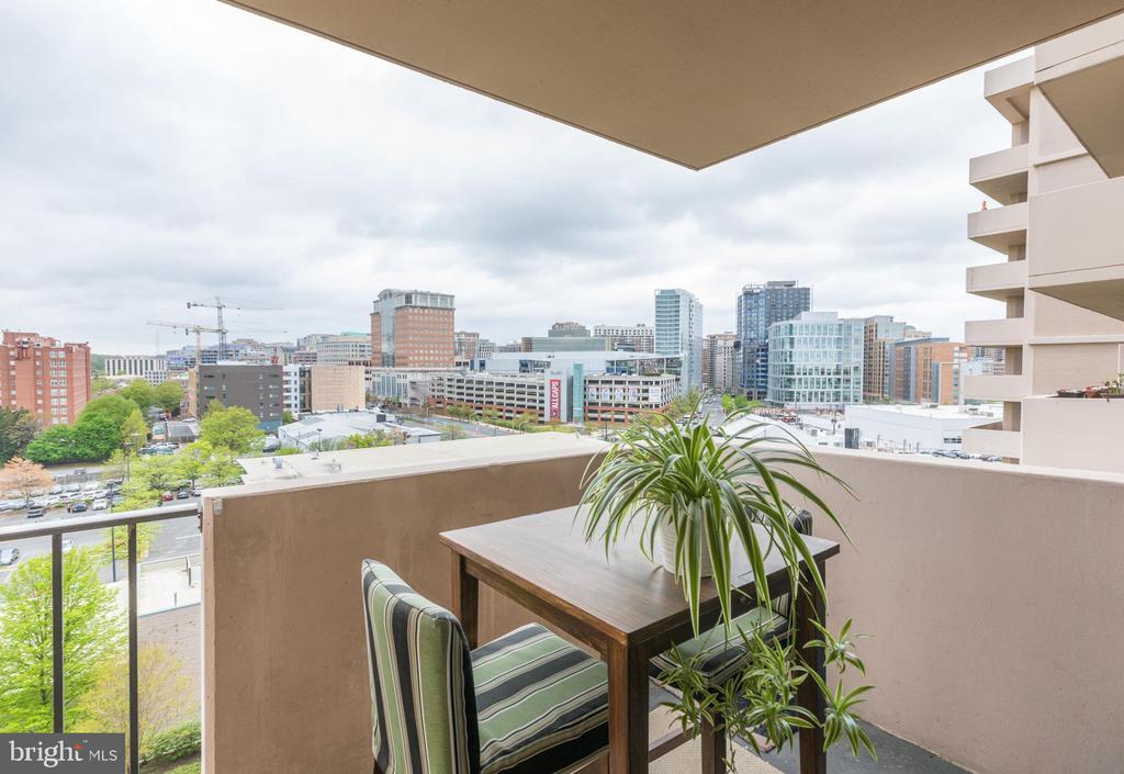 Balcony overlooking Ballston! - 4141 HENDERSON RD #815, ARLINGTON