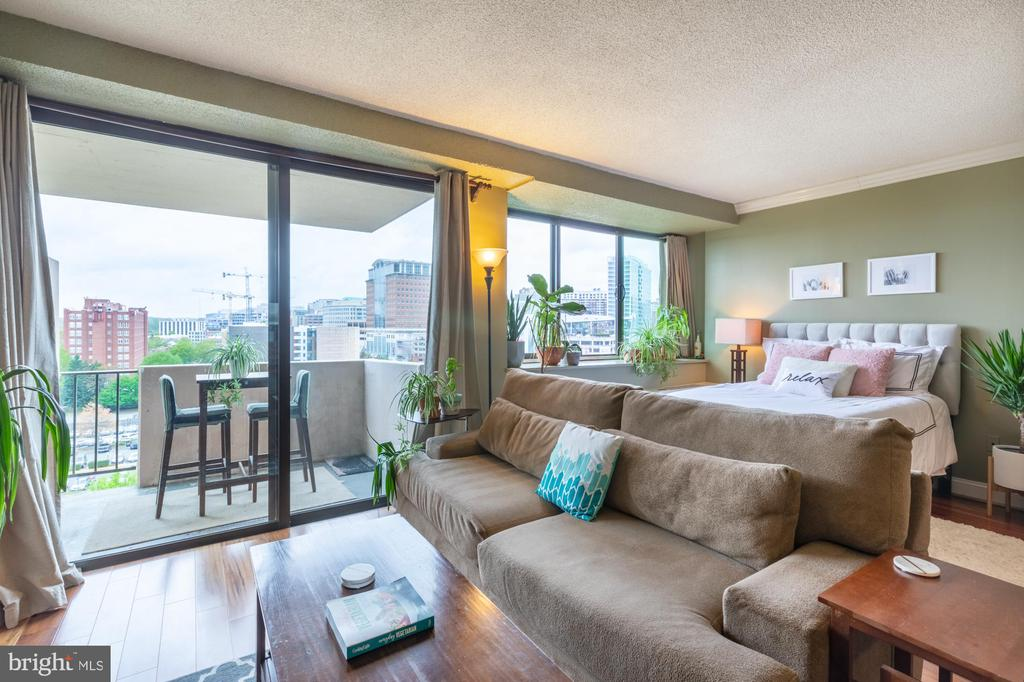 Open living area with tons of space for furniture! - 4141 HENDERSON RD #815, ARLINGTON