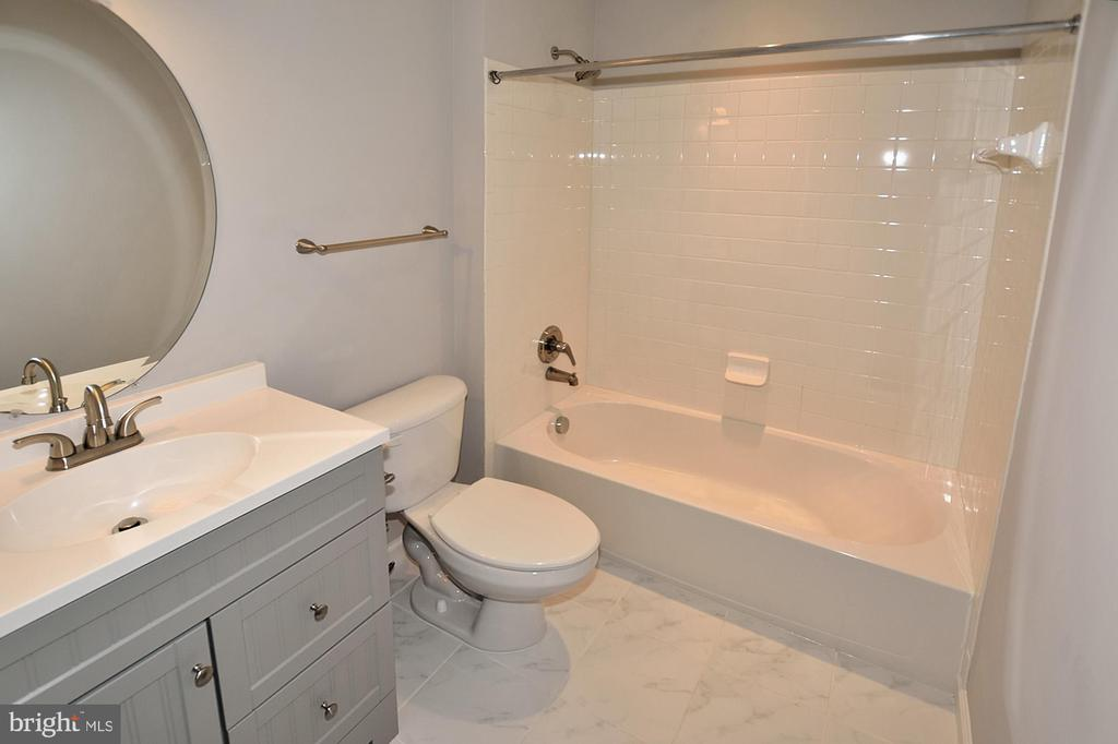 MAIN LEVEL FULL BATH - 9201 ASHLEYS PARK LN, BRISTOW