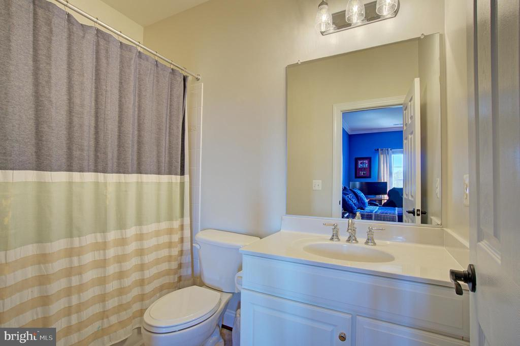 3rd Bedroom Full Bathroom - 36158 SILCOTT MEADOW PL, PURCELLVILLE