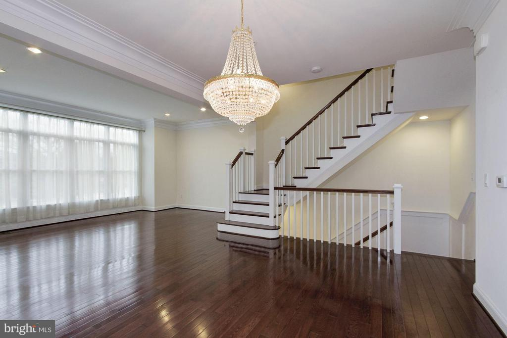 Open floorplan on main level - 5124 STRATHMORE AVE, NORTH BETHESDA