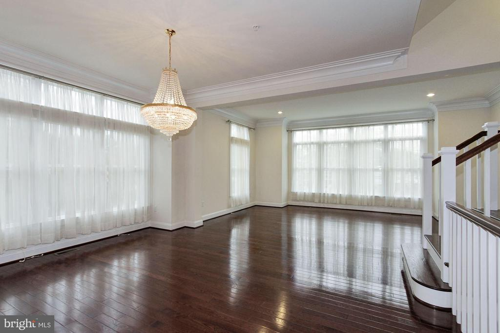Light fillled  main level with high ceilings - 5124 STRATHMORE AVE, NORTH BETHESDA