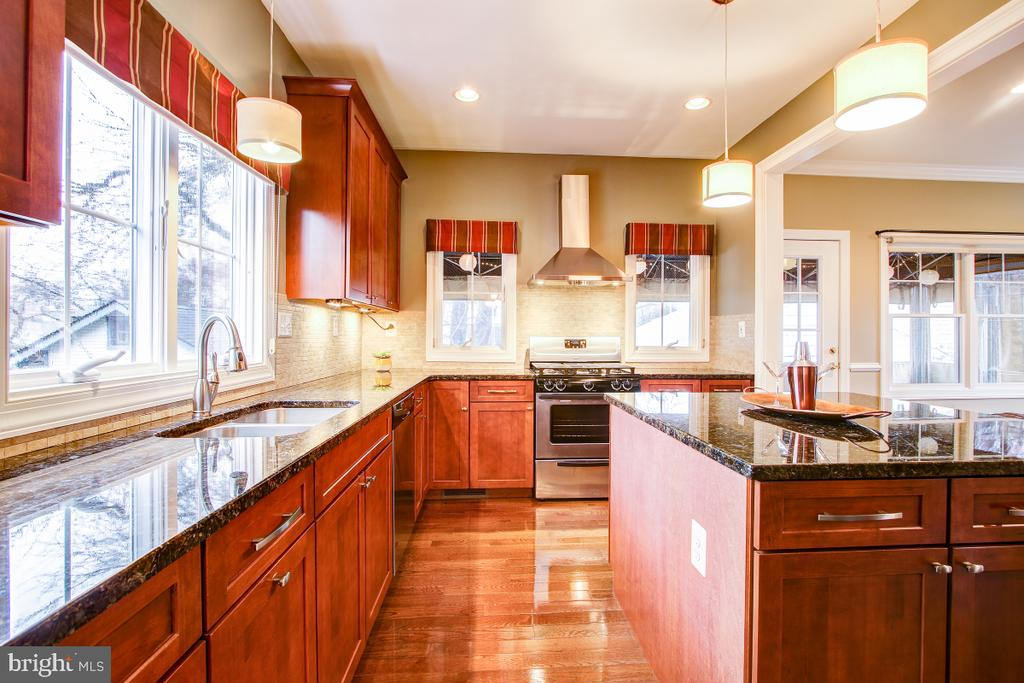 Large welcoming kitchen - 1730 S FILLMORE ST, ARLINGTON
