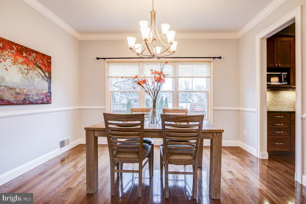 Large dining room with chair rail and crwn mlding - 1730 S FILLMORE ST, ARLINGTON