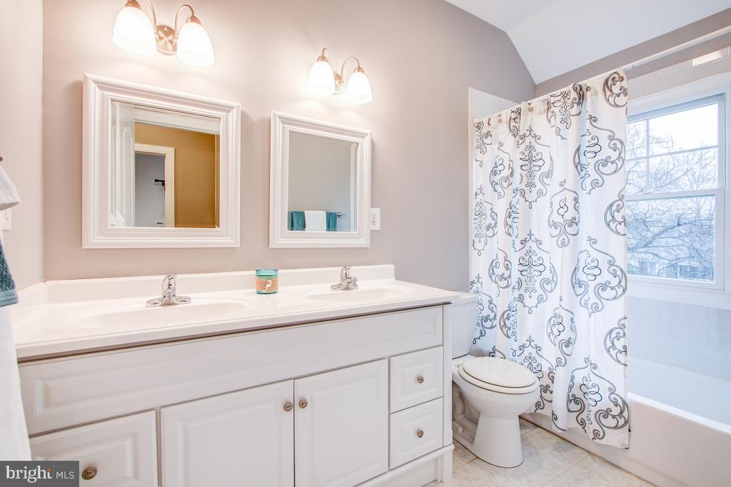 Upper level hall bath with dual sinks and full tub - 1730 S FILLMORE ST, ARLINGTON