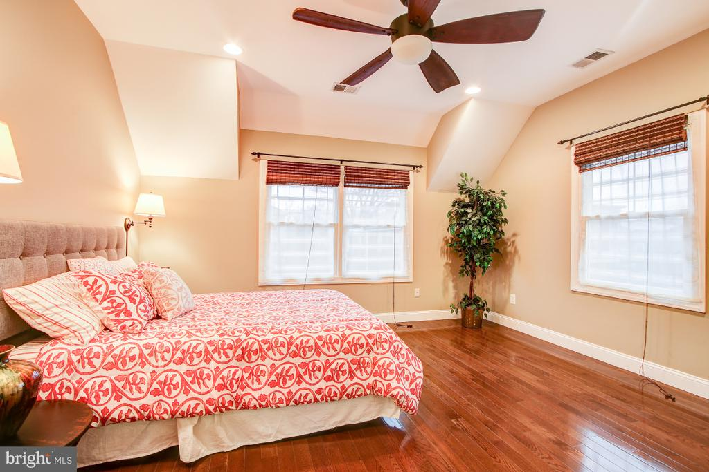 Wall sconces & recessed lighting create an oasis - 1730 S FILLMORE ST, ARLINGTON