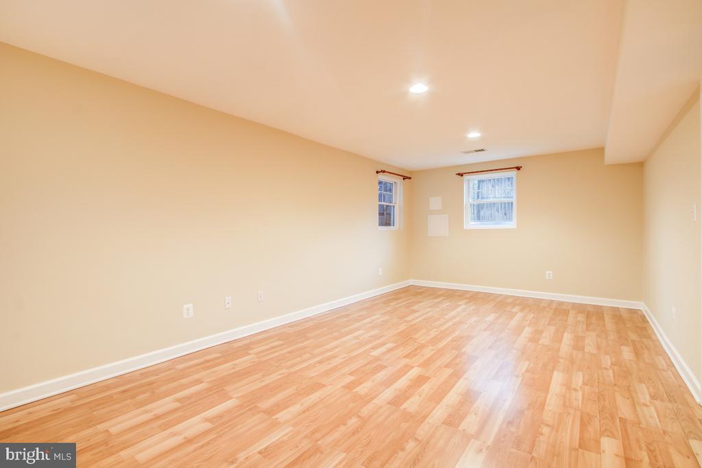 Large bsmt bedroom has full windows & 8' ceiling - 1730 S FILLMORE ST, ARLINGTON