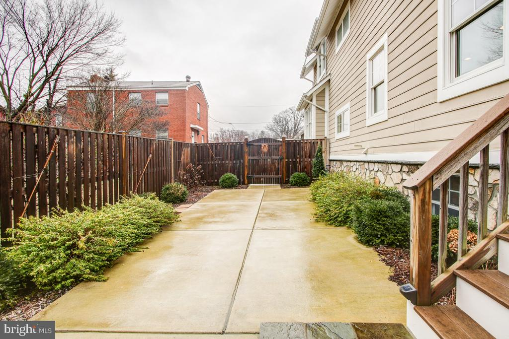 Low maintenance landscaping and privacy fence - 1730 S FILLMORE ST, ARLINGTON