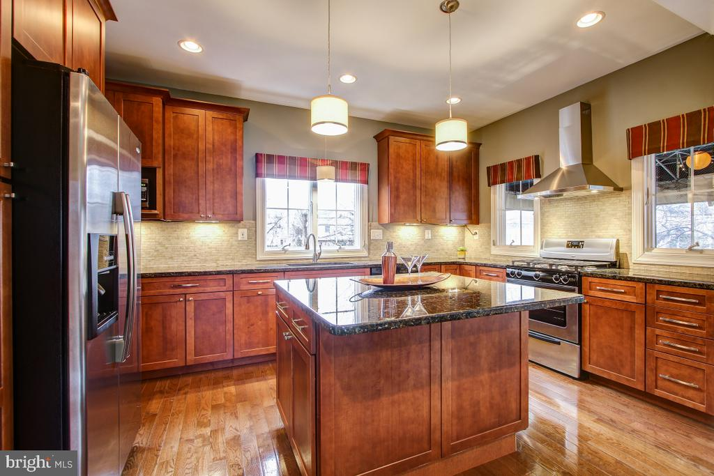 Huge island for gathering friends and family - 1730 S FILLMORE ST, ARLINGTON