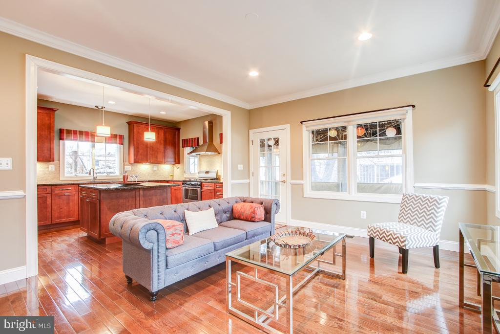 Crown molding and recessed lights with 9' ceilings - 1730 S FILLMORE ST, ARLINGTON