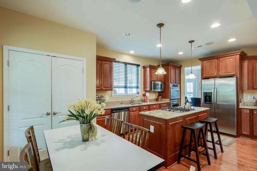 This is the place to eat! - 42953 THORNBLADE CIR, BROADLANDS