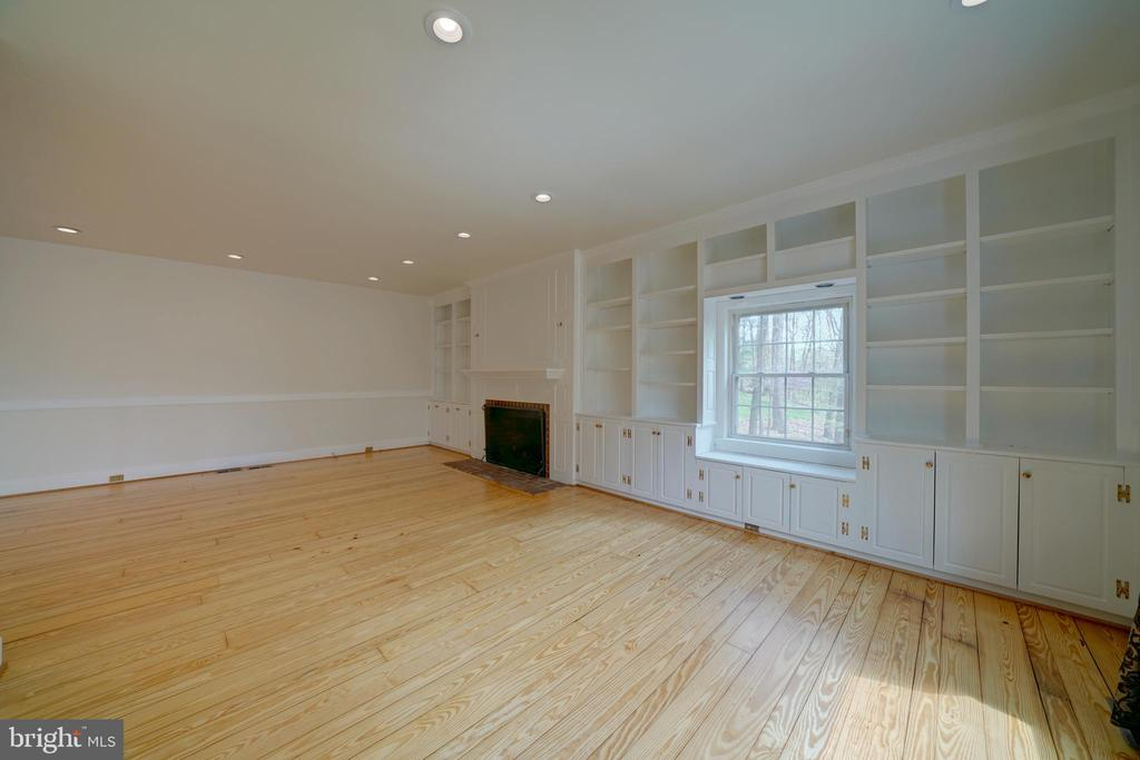 Family Room with Built-Ins - 12126 MERRICKS CT, MONROVIA