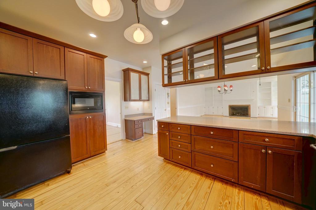 Kitchen Overlooking Family Room - 12126 MERRICKS CT, MONROVIA