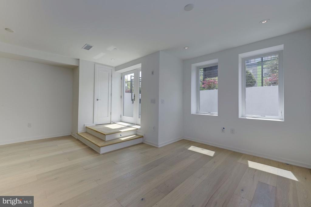 Private entrance, lots of natural light - 1101 Q ST NW #102, WASHINGTON
