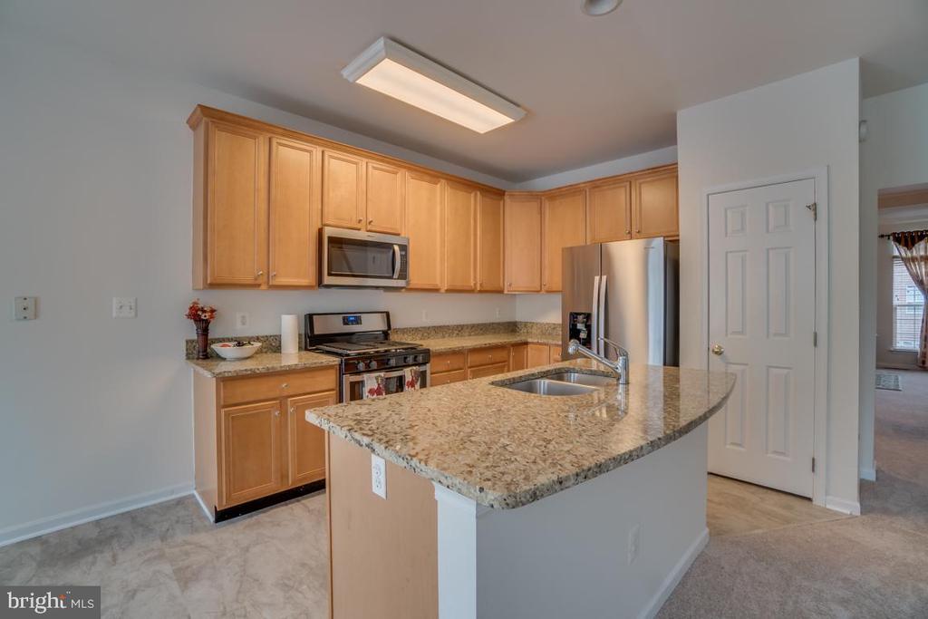Gourmet Kitchen with Island, Pantry, Granite - 20129 PRAIRIE DUNES TER, ASHBURN