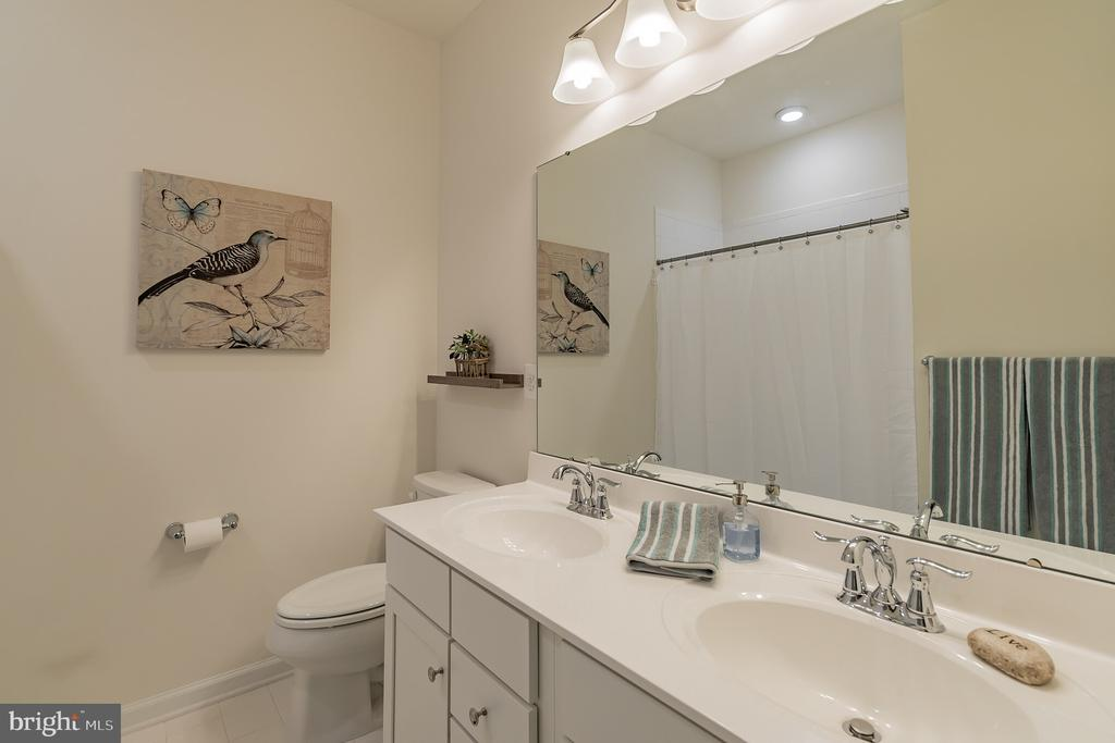Hall bath with double vanity - 7838 CULLODEN CREST LN, GAINESVILLE