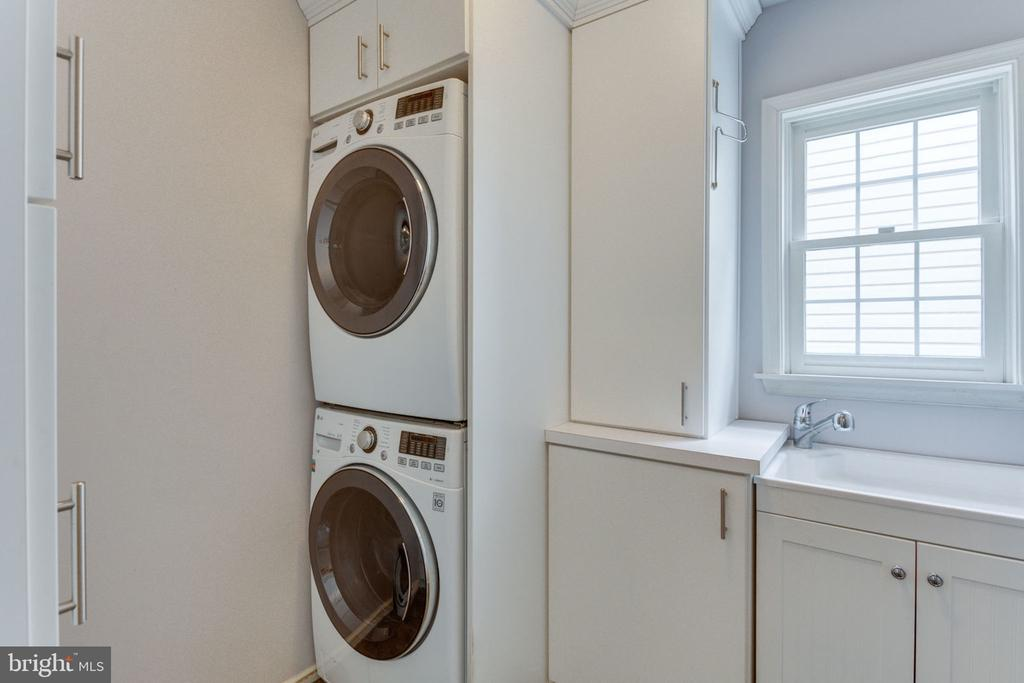 Laundry With Built-In's and Tub - 2232 CENTRAL AVE, VIENNA