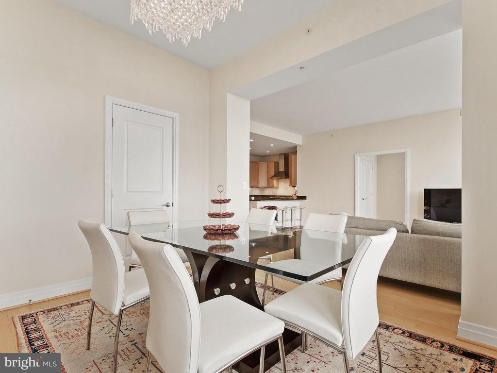 Large Dining Room - 8220 CRESTWOOD HEIGHTS DR #1814, MCLEAN