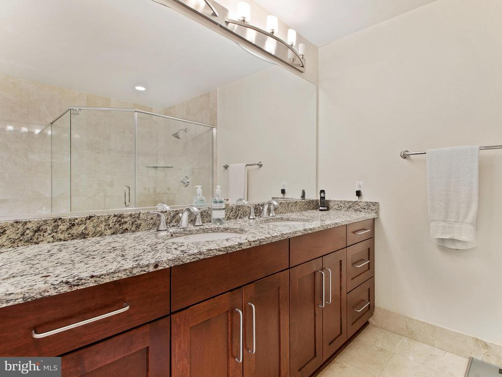 Double vanity with plenty of counter & storage - 8220 CRESTWOOD HEIGHTS DR #1814, MCLEAN