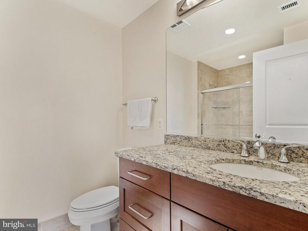 2nd bathroom with shower & tub - 8220 CRESTWOOD HEIGHTS DR #1814, MCLEAN