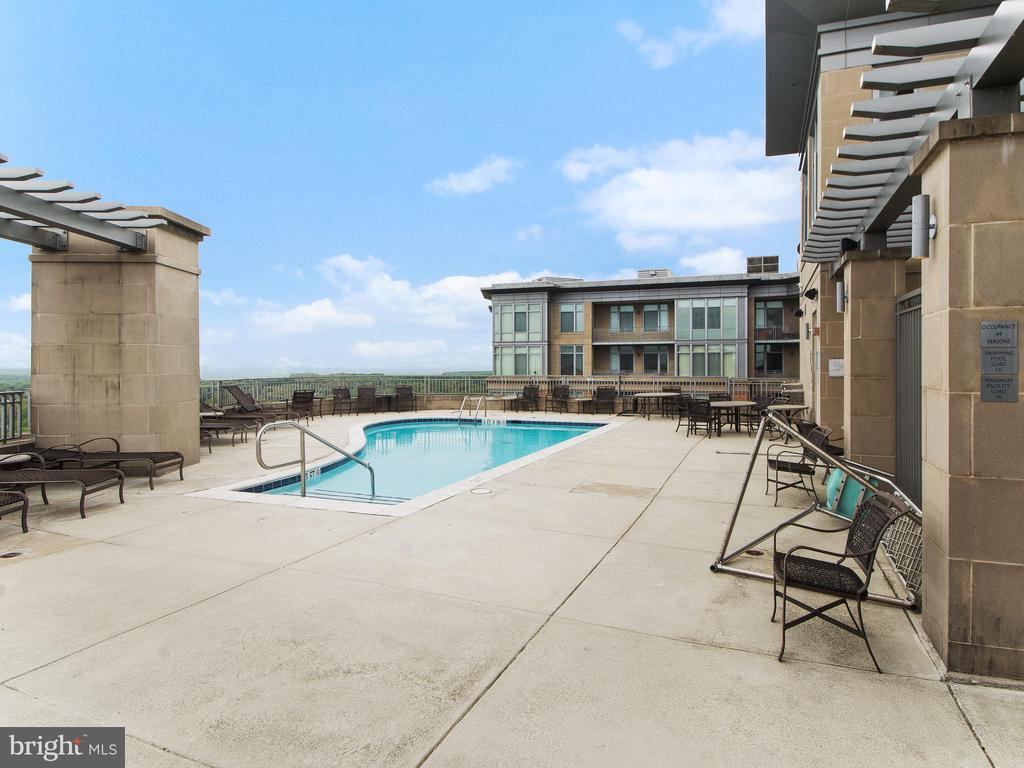 Roof top Pool - 8220 CRESTWOOD HEIGHTS DR #1814, MCLEAN