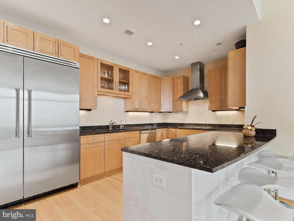 Large open Kitchen great for entertaining - 8220 CRESTWOOD HEIGHTS DR #1814, MCLEAN