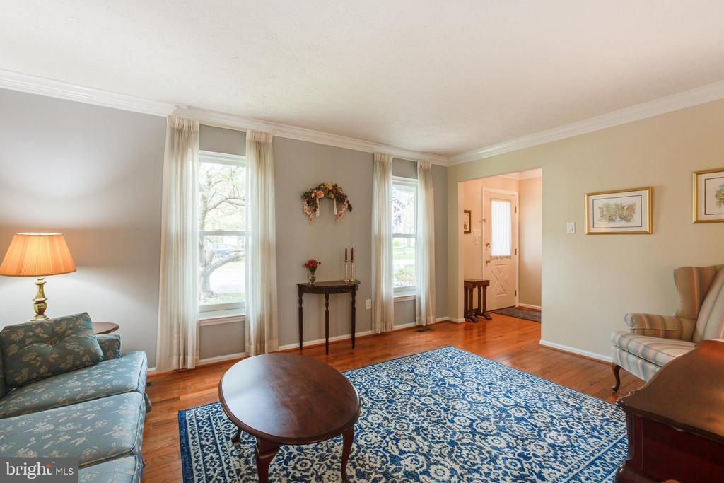 Bright and inviting living room - 15103 SWISS STONE CT, BURTONSVILLE