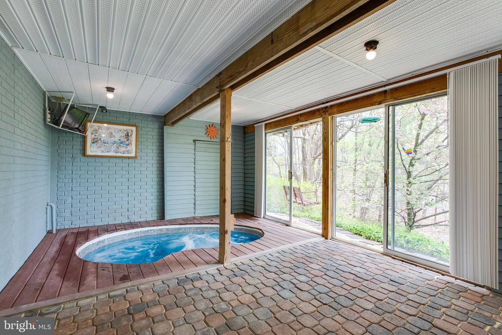 Enjoy your own relaxing spa! - 15103 SWISS STONE CT, BURTONSVILLE