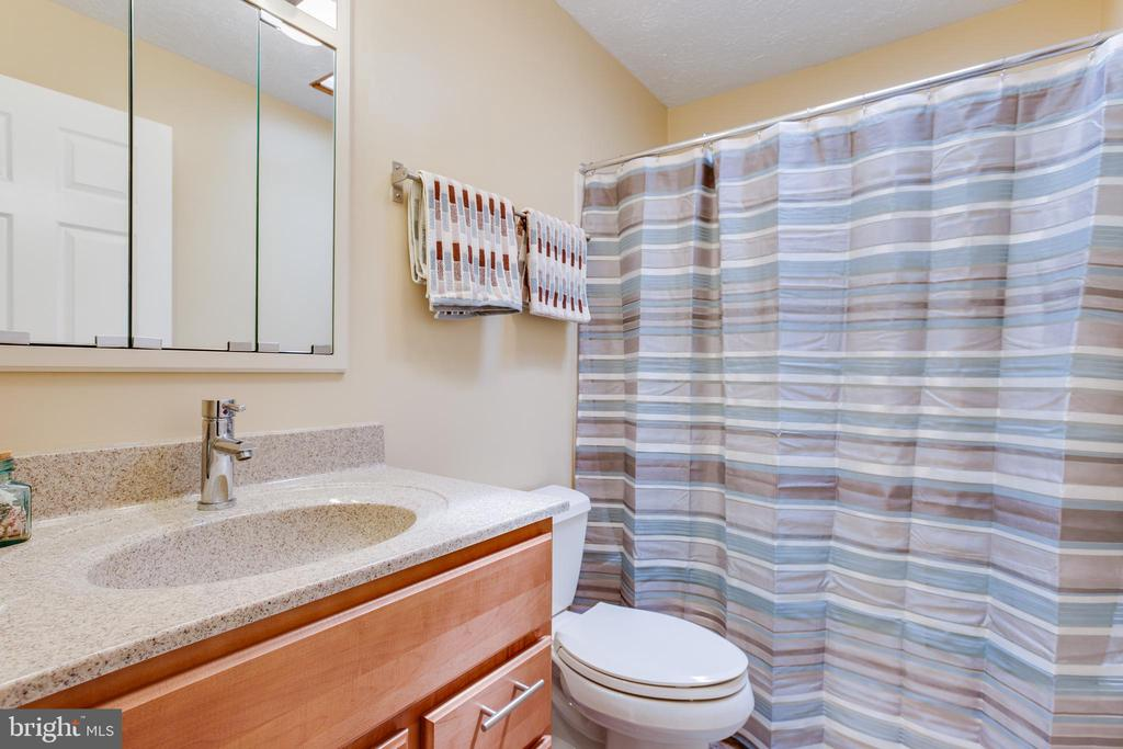 Upstairs full bath - 15103 SWISS STONE CT, BURTONSVILLE