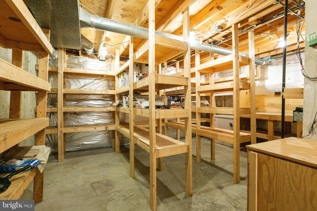 Storage, storage and more storage! - 15103 SWISS STONE CT, BURTONSVILLE