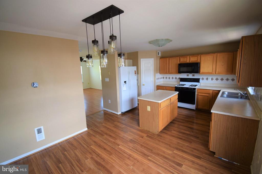 Kitchen w/island - 22953 WHITEHALL TER, STERLING