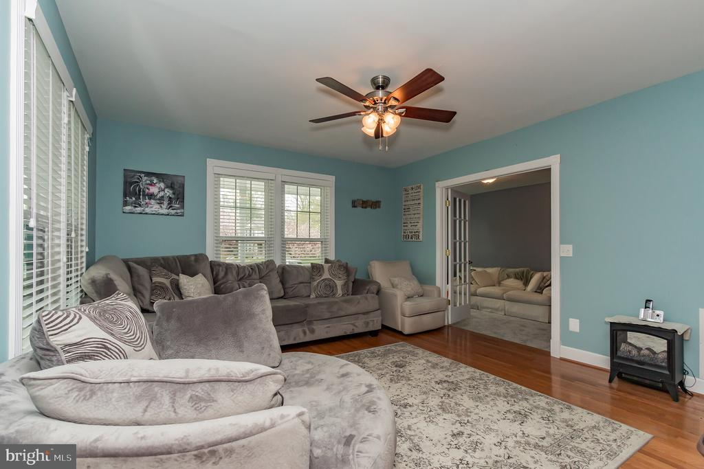 Spacious living room. - 8 GLENGYLE CT, STERLING