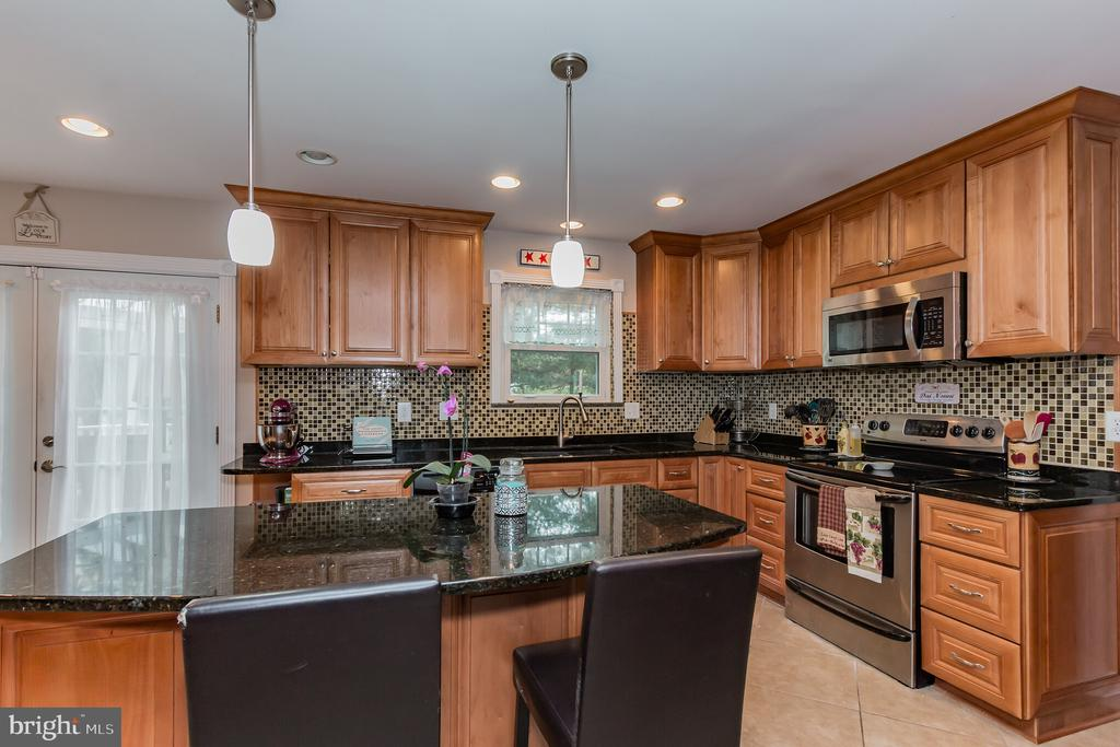 Updated spacious kitchen! - 8 GLENGYLE CT, STERLING