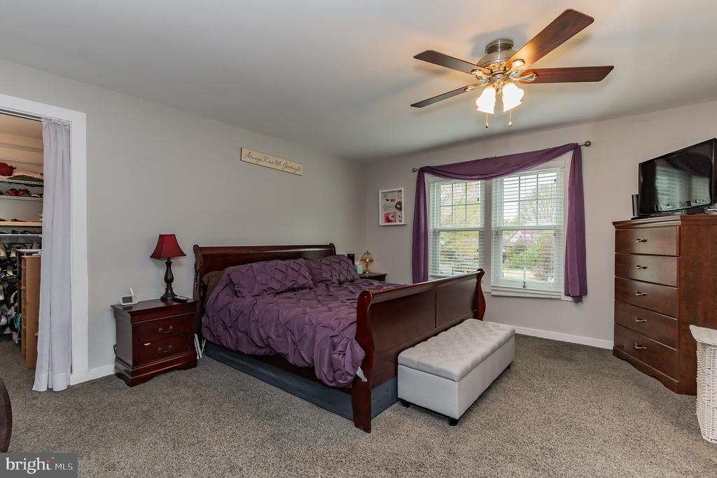 Master bedroom with tons of light! - 8 GLENGYLE CT, STERLING
